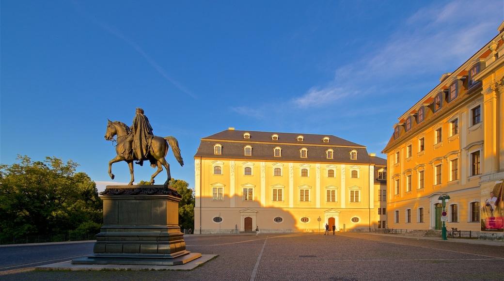 Weimar das einen Platz oder Plaza, Geschichtliches und Statue oder Skulptur