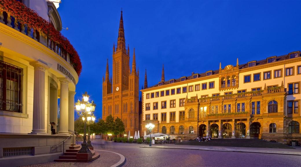 Marktbrunnen mit einem Geschichtliches, Kirche oder Kathedrale und historische Architektur