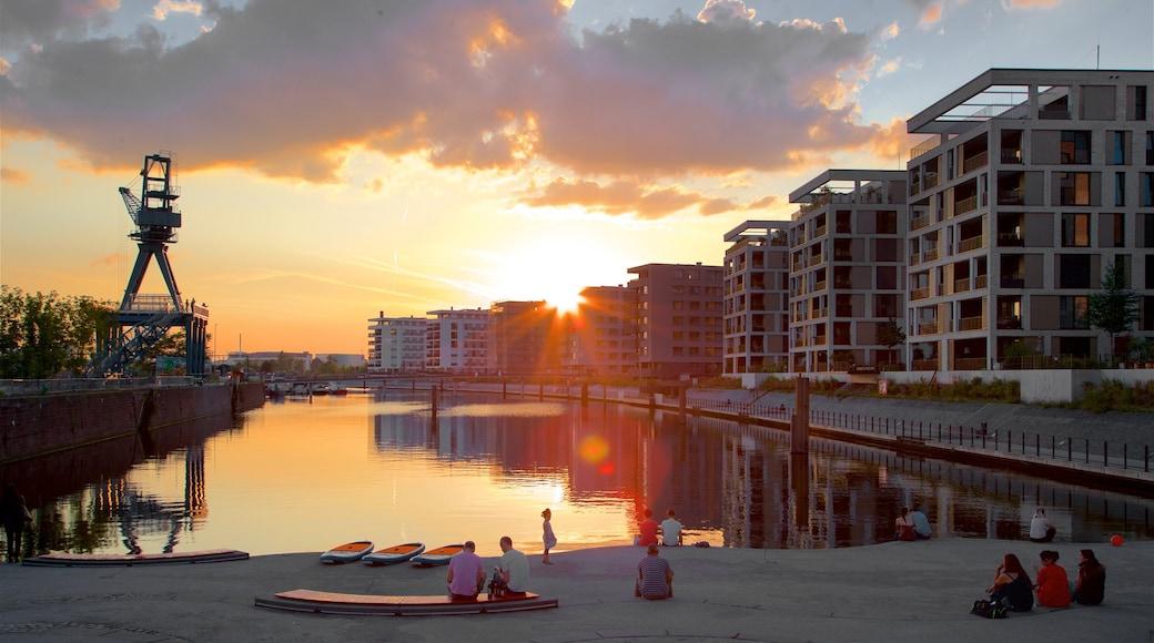 Offenbach am Main das einen Bucht oder Hafen und Sonnenuntergang sowie kleine Menschengruppe