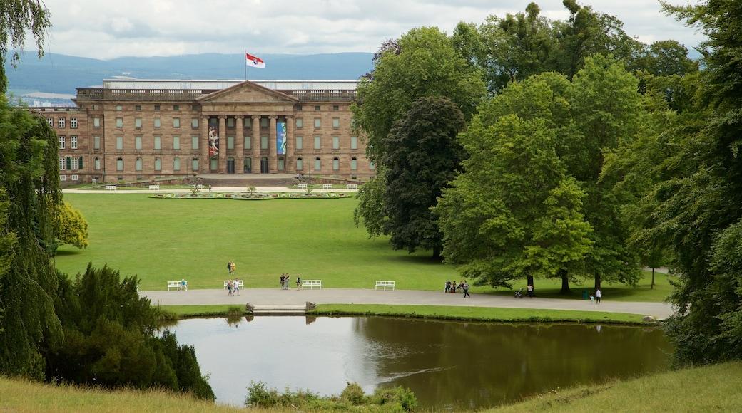 Schloss Wilhelmshöhe welches beinhaltet Teich, historische Architektur und Garten