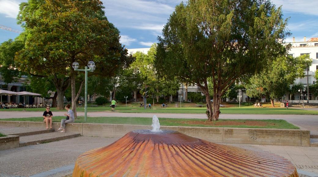 Kochbrunnen welches beinhaltet Springbrunnen und Garten sowie Paar