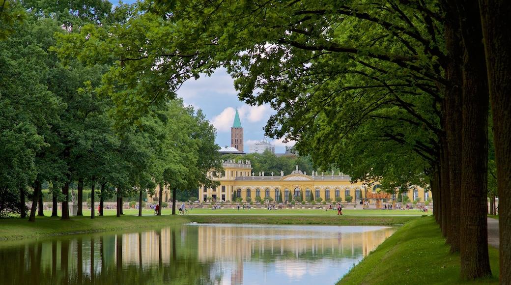 Staatspark Karlsaue mit einem Fluss oder Bach, Garten und historische Architektur
