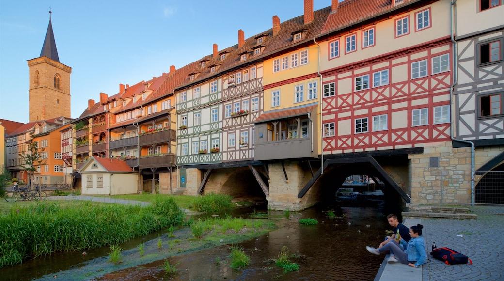 Krämerbrücke welches beinhaltet Fluss oder Bach und Geschichtliches sowie Paar