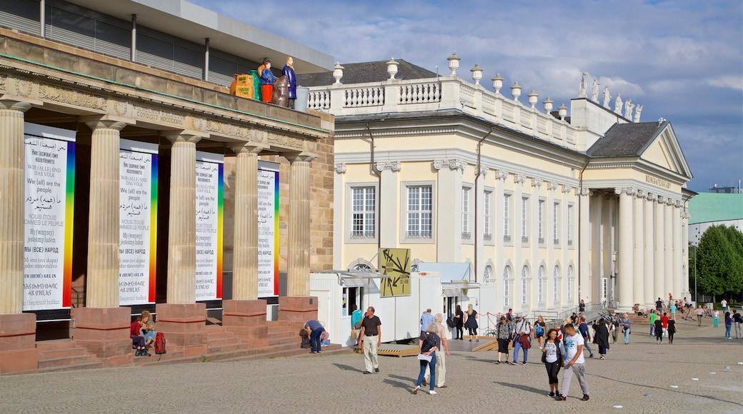Kassel mit einem Straßenszenen und historische Architektur sowie kleine Menschengruppe