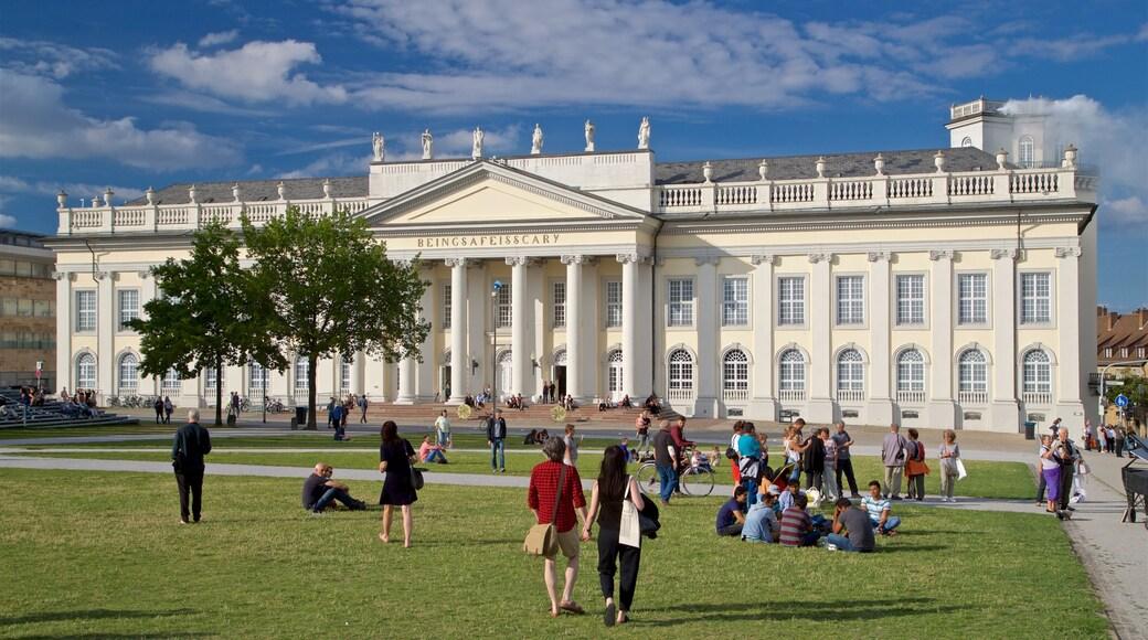 Kassel mit einem Park, Straßenszenen und historische Architektur