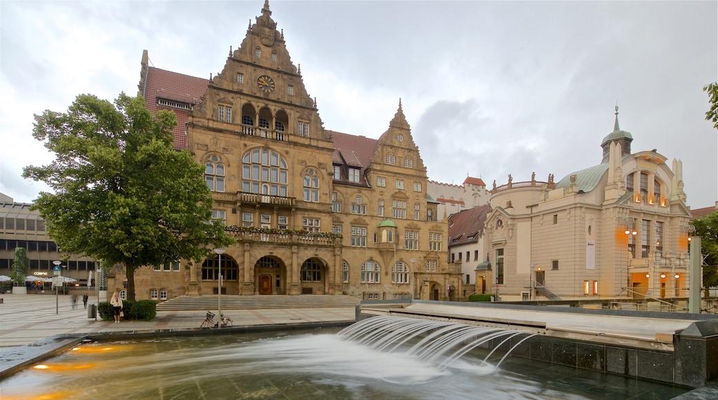 Altes Rathaus mit einem historische Architektur und Springbrunnen