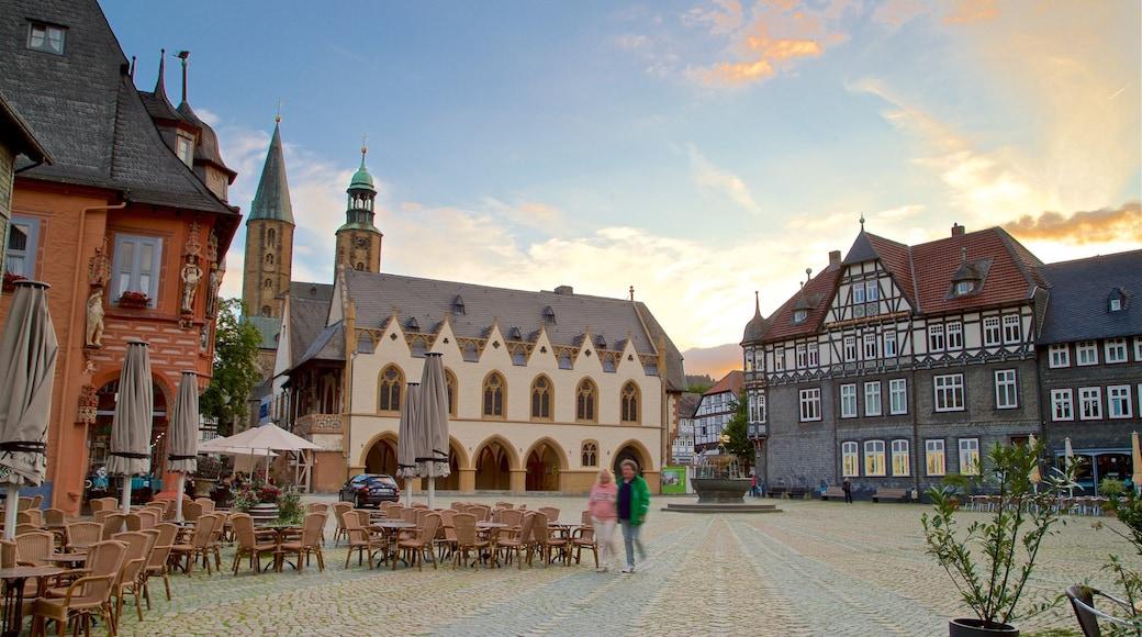 Goslar som omfatter en by, et springvand og en solnedgang