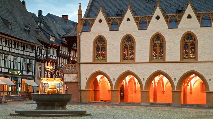 Goslar som omfatter en by, et springvand og kulturarvsgenstande