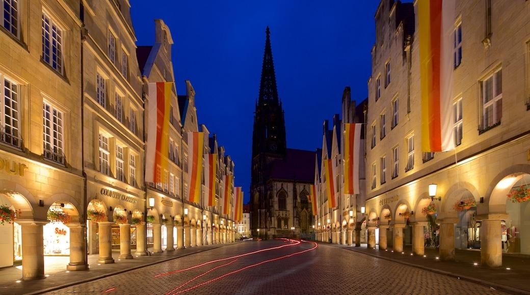 St.-Lamberti-Kirche welches beinhaltet historische Architektur, bei Nacht und Geschichtliches