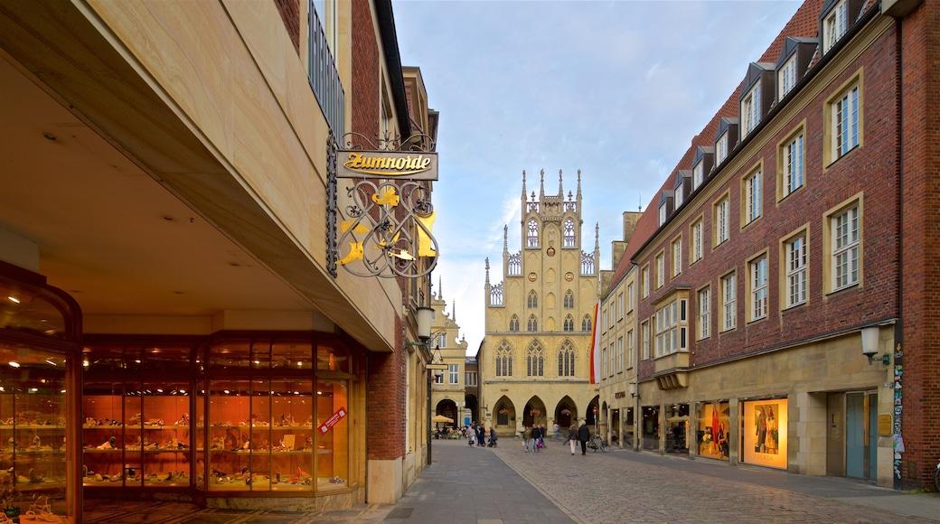 Historisches Rathaus mit einem Straßenszenen, historische Architektur und Beschilderung