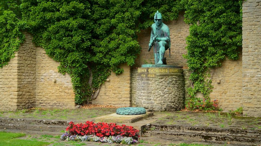 Goslaer Altstadt welches beinhaltet Blumen und Statue oder Skulptur