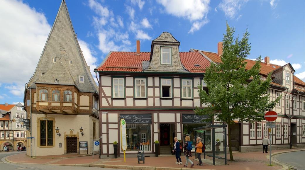 Goslaer Altstadt das einen Geschichtliches und Straßenszenen sowie kleine Menschengruppe