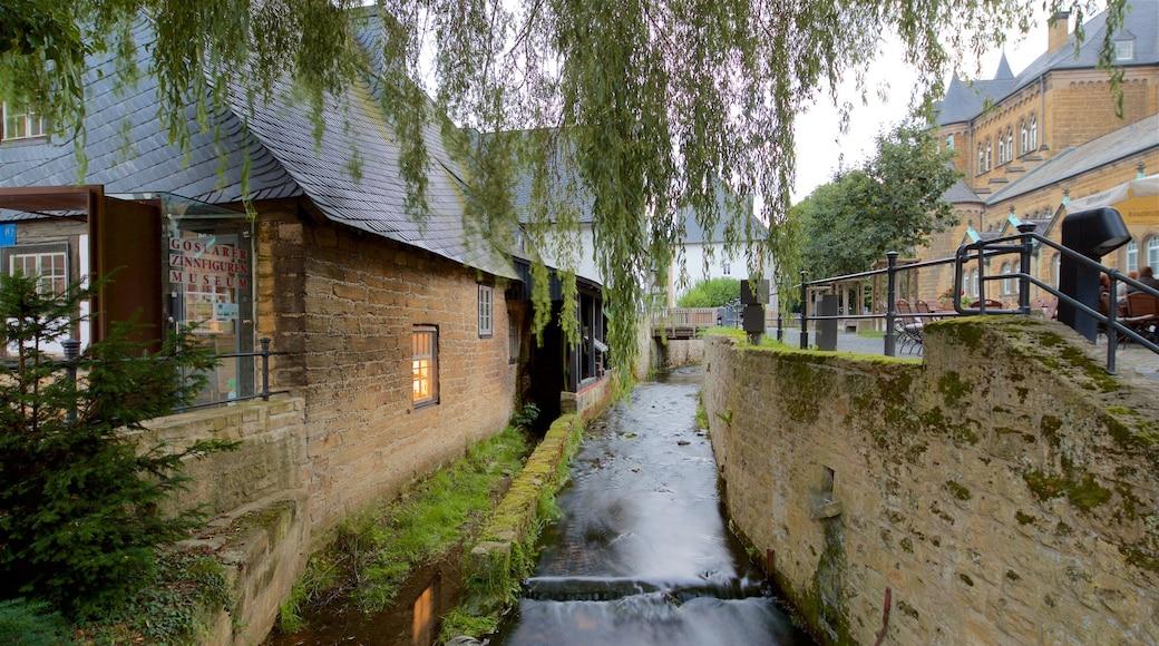 Goslars gamle bydel som viser kulturarvsgenstande og en flod eller et vandløb