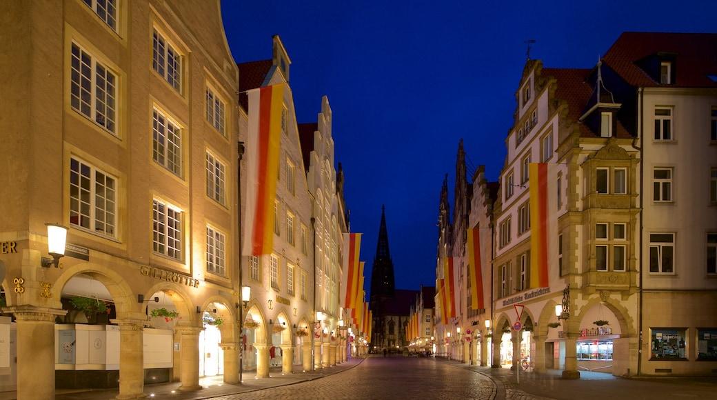 Münster mit einem Geschichtliches und bei Nacht