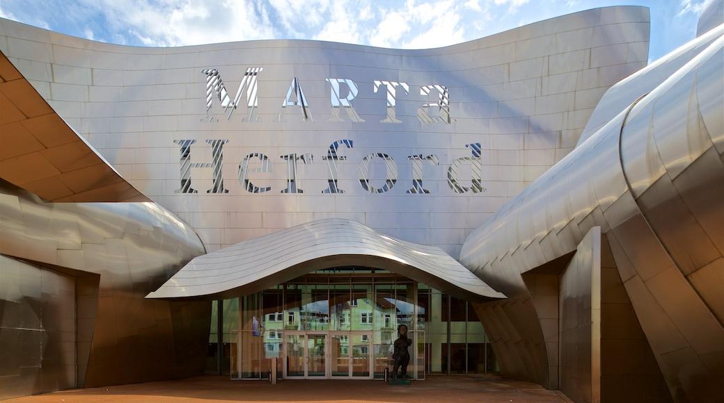 Museum MARTa Herford mit einem Beschilderung und moderne Architektur