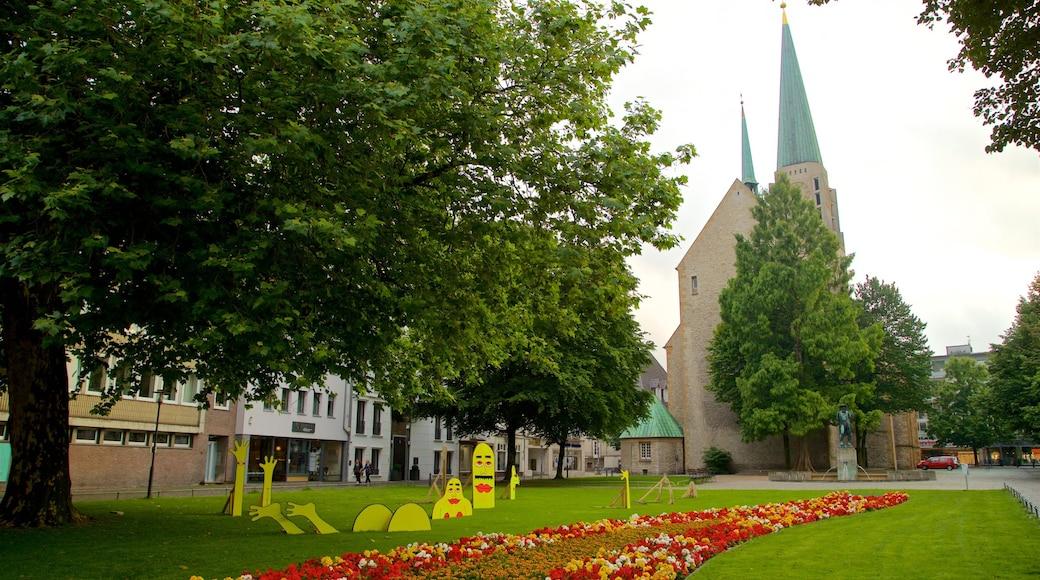 Nikolaikirche mit einem Park, historische Architektur und Outdoor-Kunst