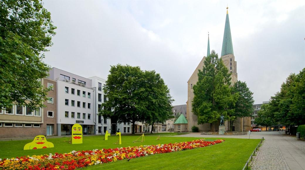 Nikolaikirche mit einem Garten, historische Architektur und Kirche oder Kathedrale