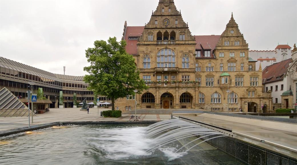 Altes Rathaus welches beinhaltet historische Architektur und Springbrunnen