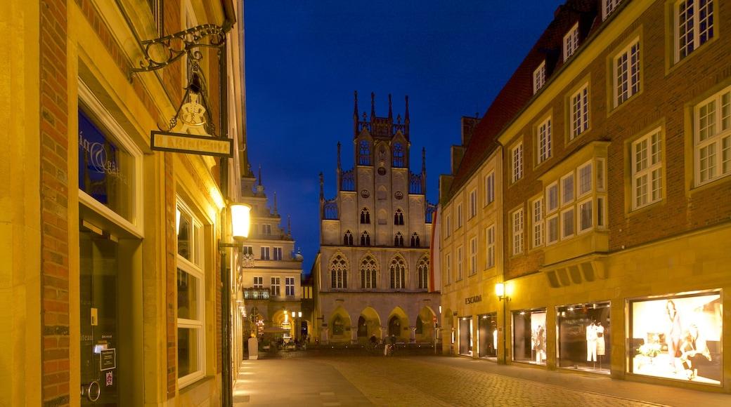 Historisches Rathaus das einen historische Architektur, Stadt und bei Nacht