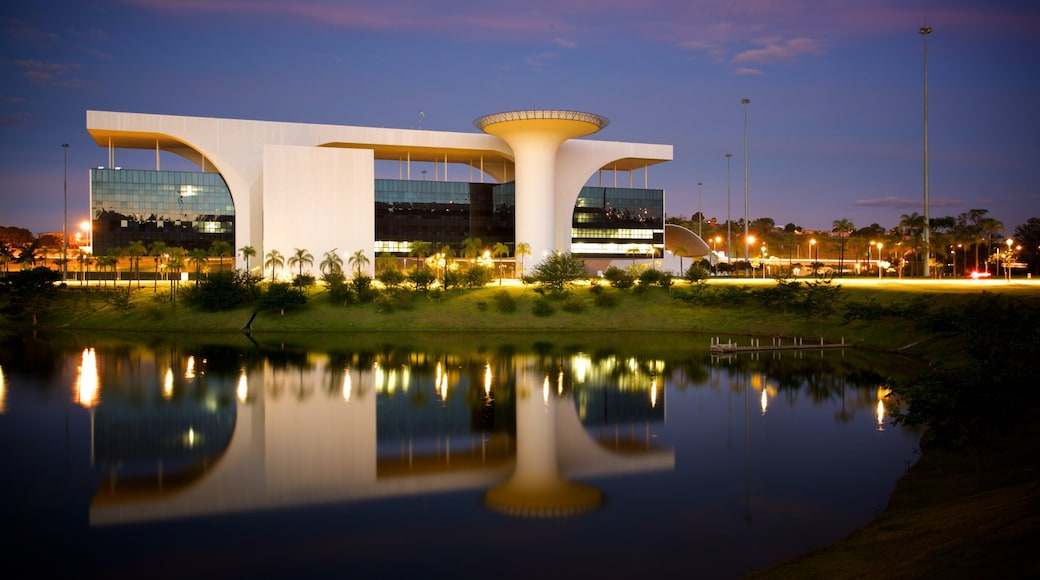 Belo Horizonte ofreciendo arquitectura moderna, escenas de noche y un lago o espejo de agua