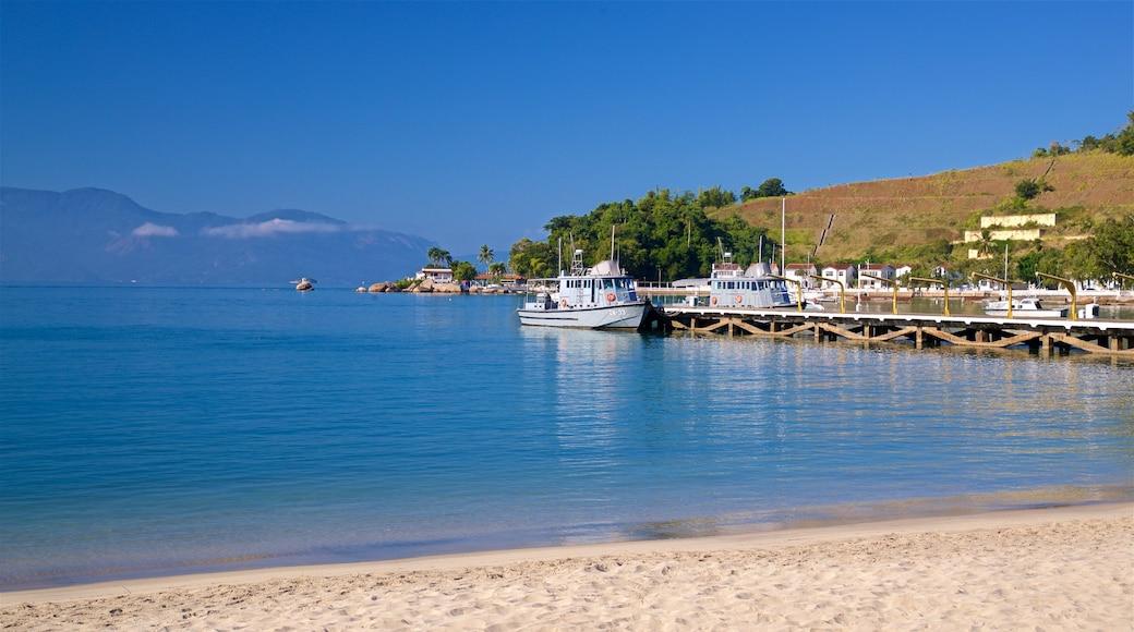 Colégio Naval mit einem Sandstrand, allgemeine Küstenansicht und Bucht oder Hafen