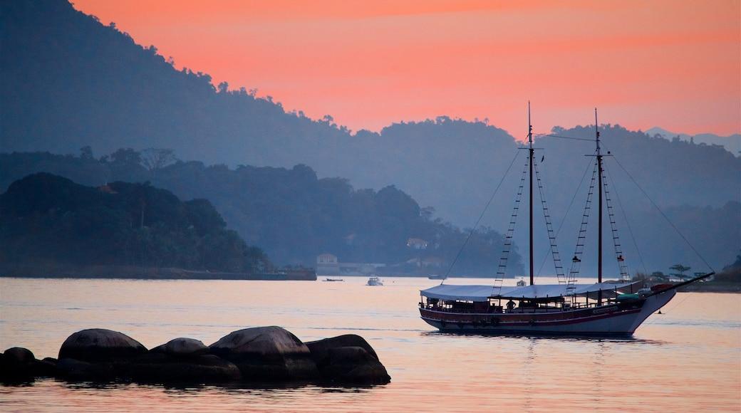 Angra dos Reis mit einem Sonnenuntergang, Bootfahren und Bucht oder Hafen