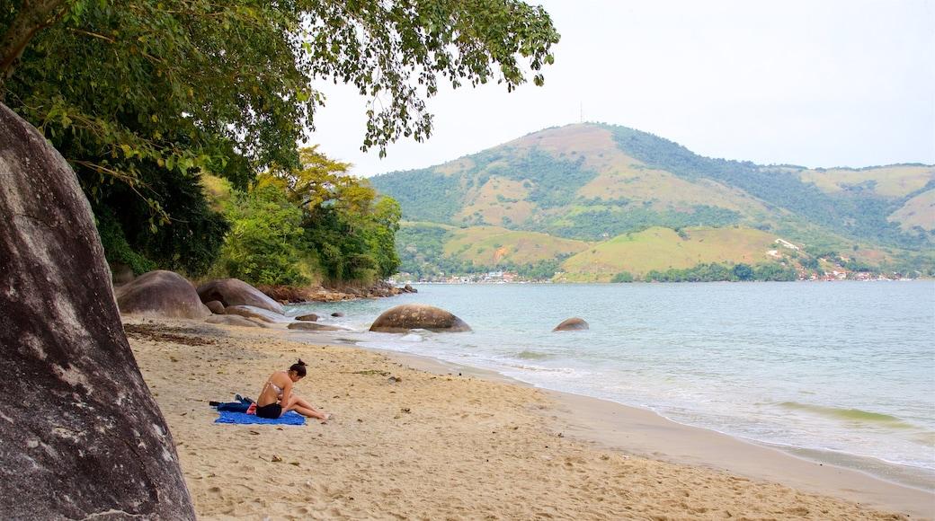 Éguas Strand das einen allgemeine Küstenansicht und Sandstrand sowie einzelne Frau