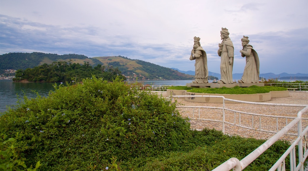 Praia do Anil das einen allgemeine Küstenansicht, religiöse Elemente und Statue oder Skulptur