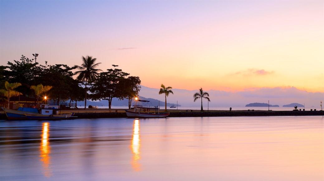 Paraty mit einem Sonnenuntergang und allgemeine Küstenansicht