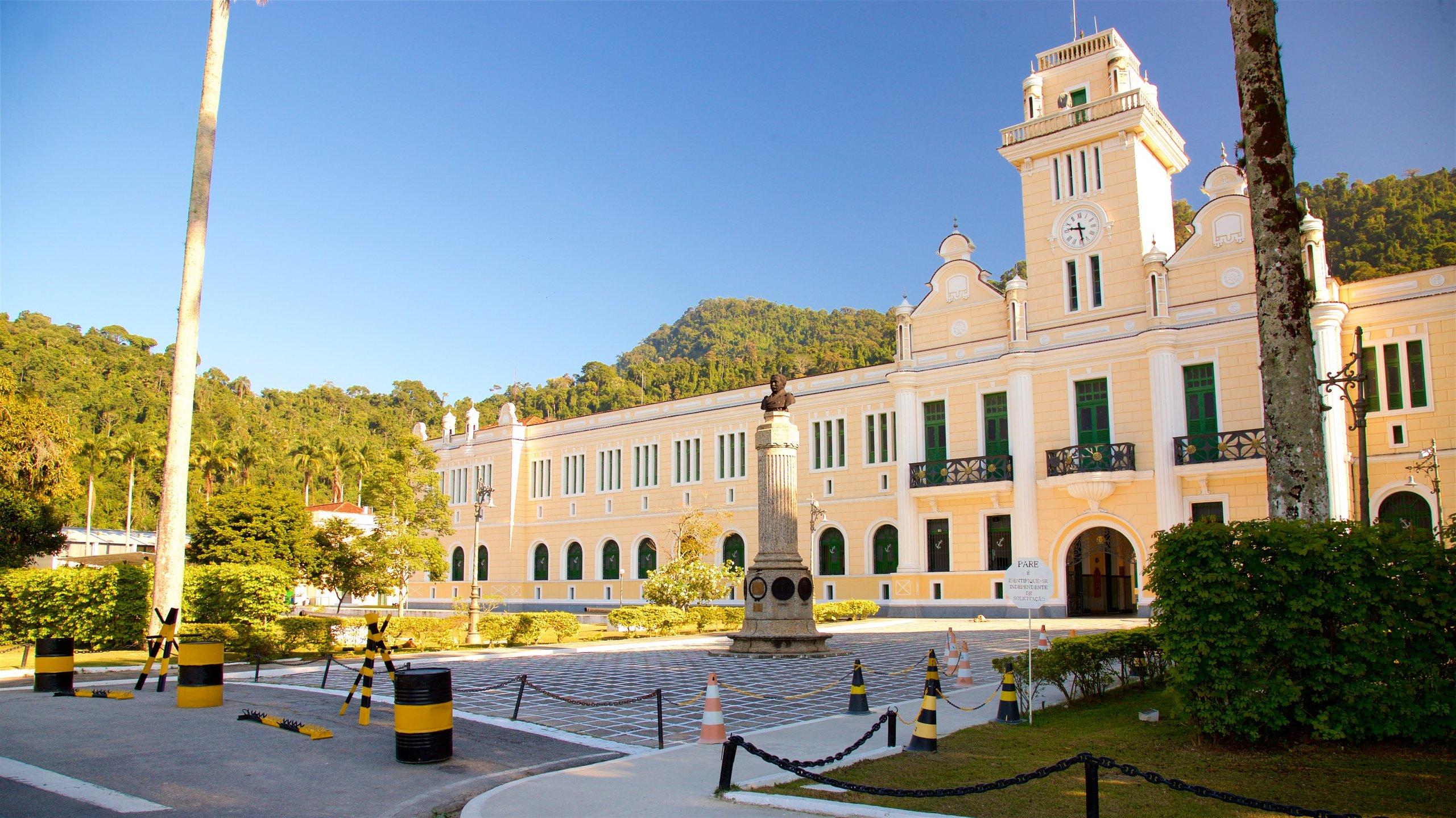 Upptäck campus på Naval College när du reser till Angra dos Reis. Stränderna lockar till härliga promenader i området.