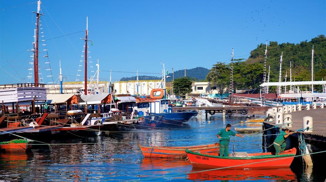 Hafen von Angra dos Reis mit einem Bucht oder Hafen und Bootfahren sowie kleine Menschengruppe