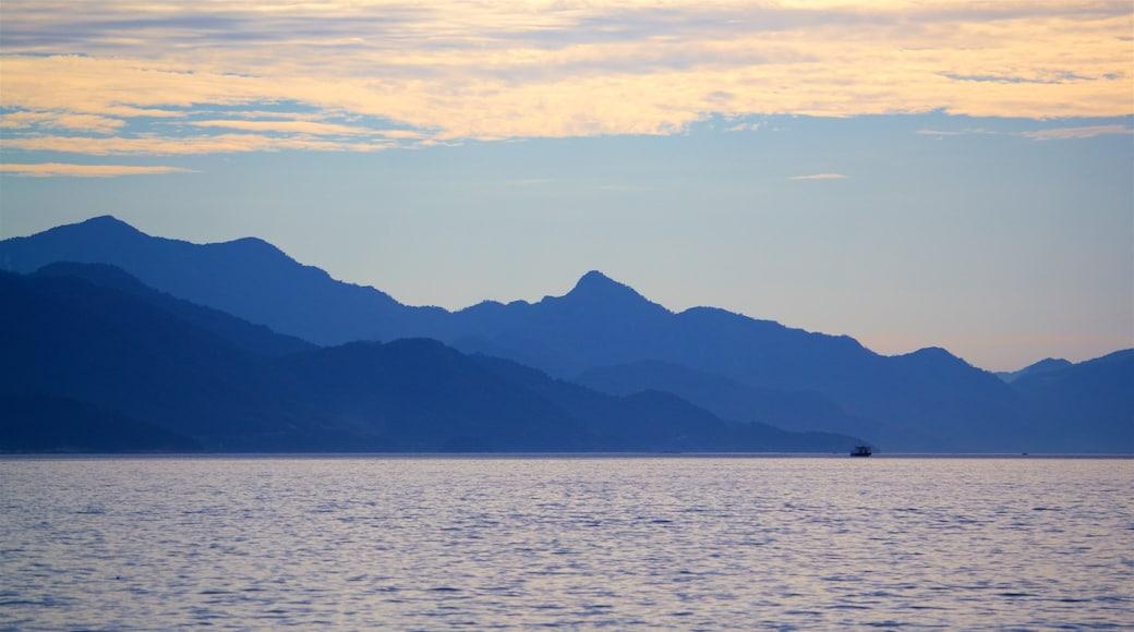 Strand von Abraao mit einem Sonnenuntergang und See oder Wasserstelle