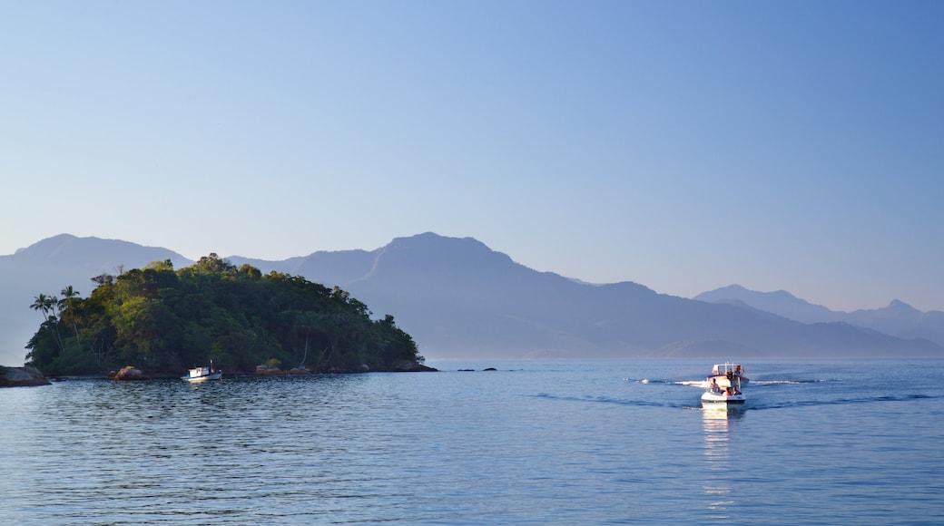 Strand von Abraao das einen Inselansicht, Bootfahren und allgemeine Küstenansicht