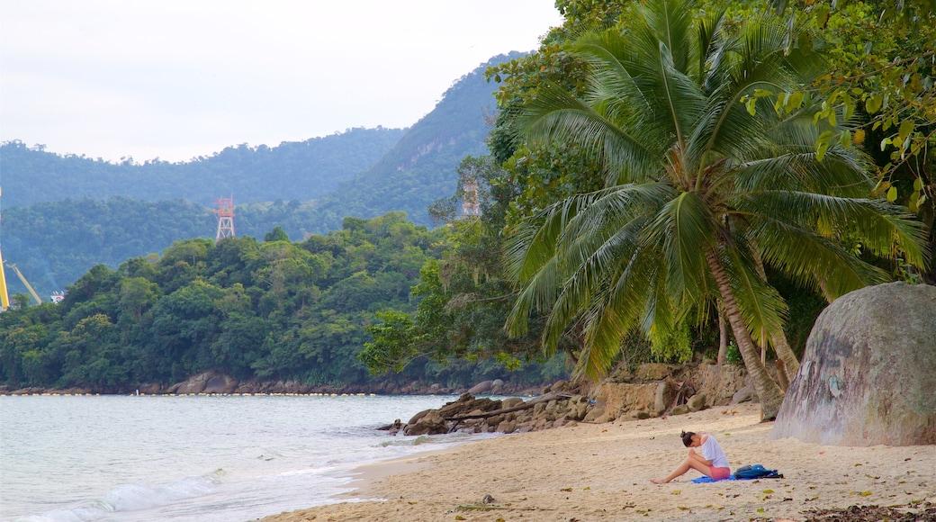 Éguas Strand mit einem Strand, tropische Szenerien und allgemeine Küstenansicht