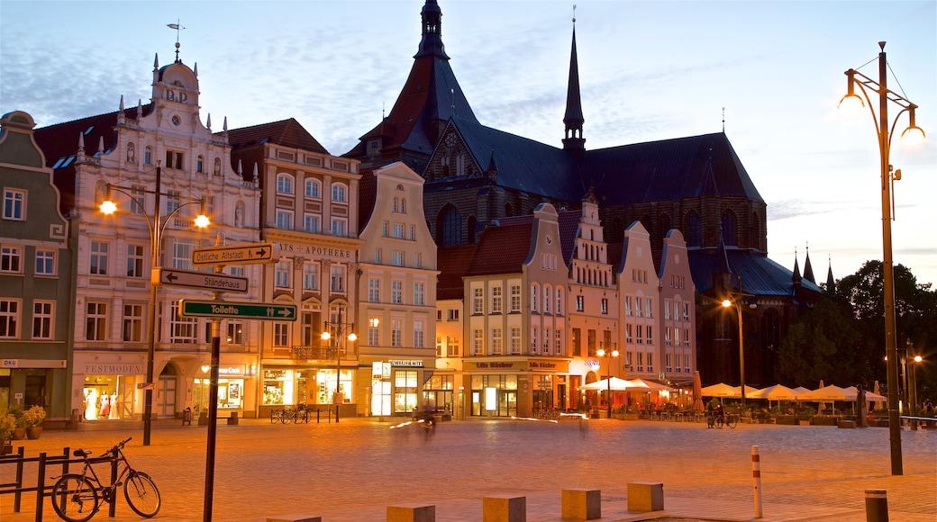 Marienkirche mettant en vedette ville, patrimoine architectural et scènes de nuit