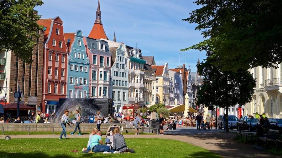 Rostock das einen Garten und Stadt sowie kleine Menschengruppe