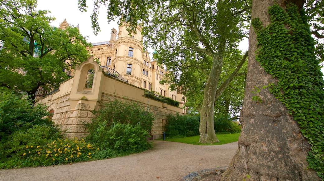 Schwerinin linna johon kuuluu vanha arkkitehtuuri ja puutarha