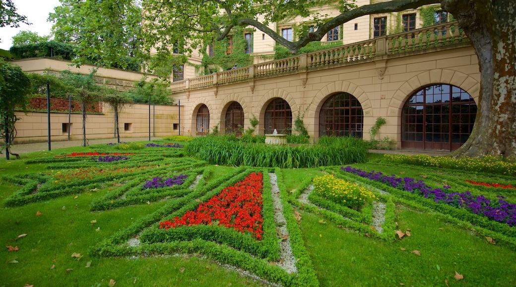 Schwerinin linna johon kuuluu perintökohteet, kukat ja puutarha