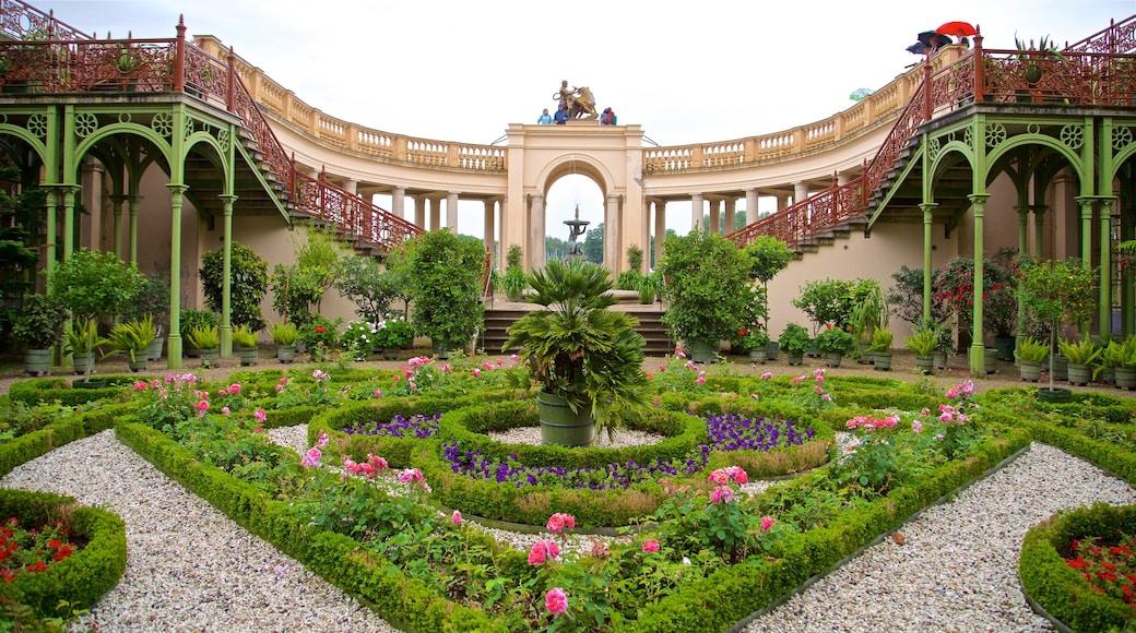 Schwerinin linna featuring puisto, perintökohteet ja kukat