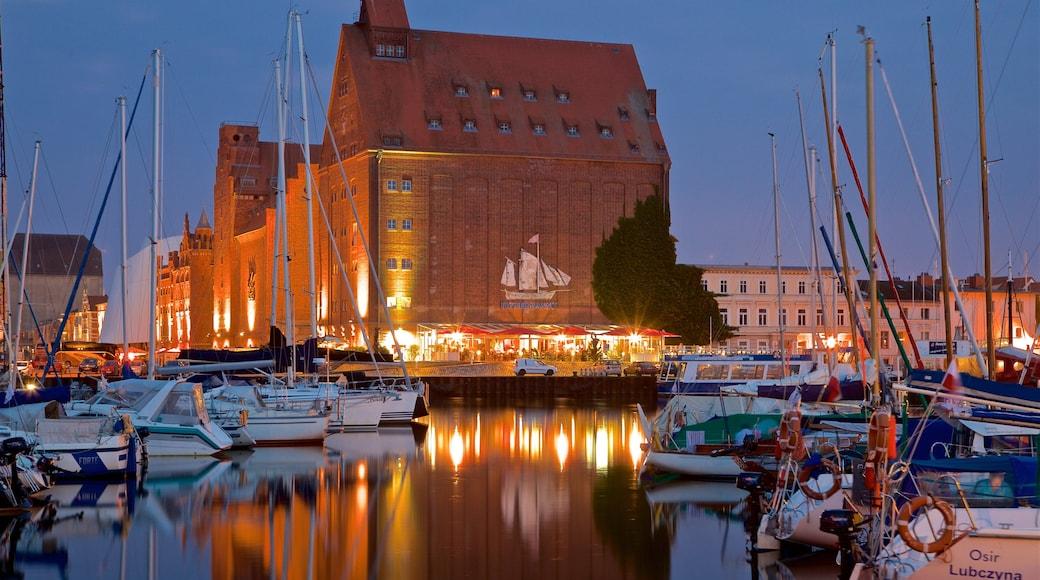 Port de Stralsund mettant en vedette baie ou port, scènes de nuit et ville