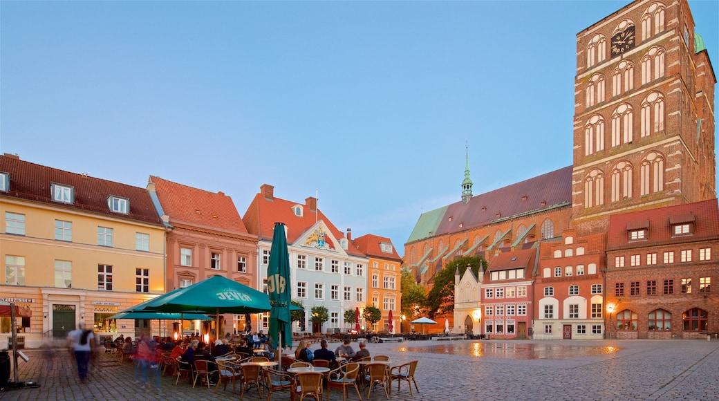 Stralsund mettant en vedette square ou place, coucher de soleil et ville