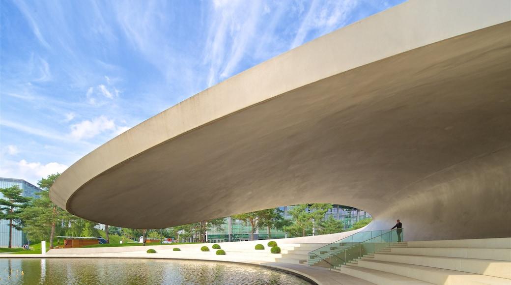 Autostadt mit einem moderne Architektur und See oder Wasserstelle