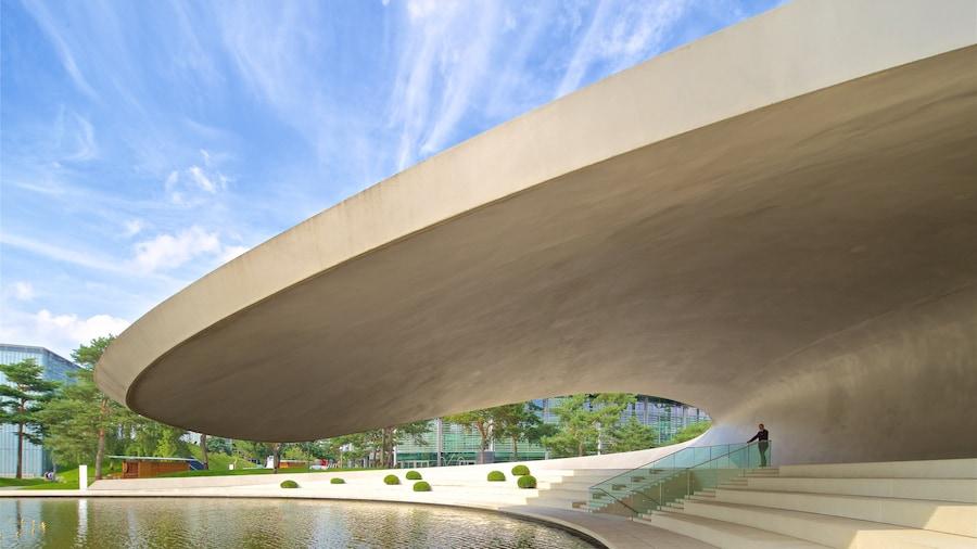 Volkswagen Autostadt-komplekset og byder på en sø eller et vandhul og moderne arkitektur