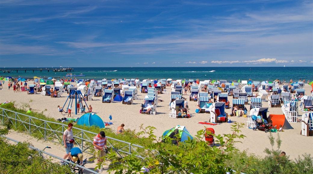 Strand von Kühlungsborn das einen allgemeine Küstenansicht und Sandstrand sowie große Menschengruppe