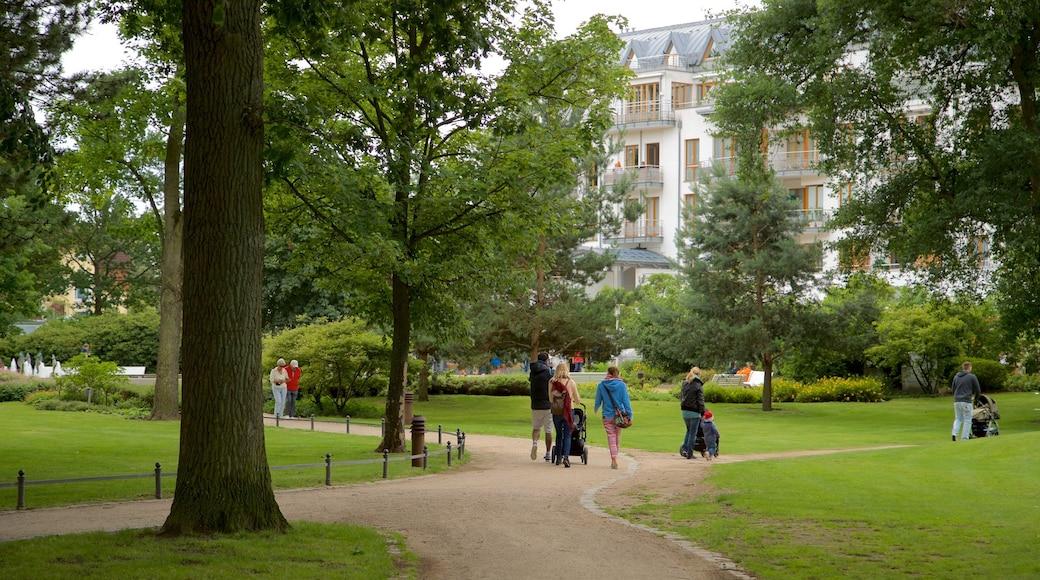 Timmendorfer Strand mit einem Park sowie kleine Menschengruppe