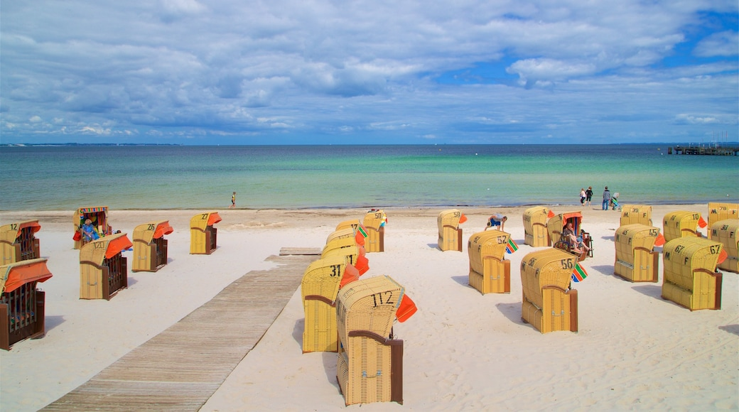 Scharbeutz das einen Sandstrand und allgemeine Küstenansicht