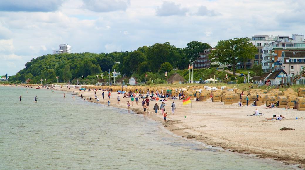 Scharbeutz das einen allgemeine Küstenansicht und Sandstrand sowie große Menschengruppe