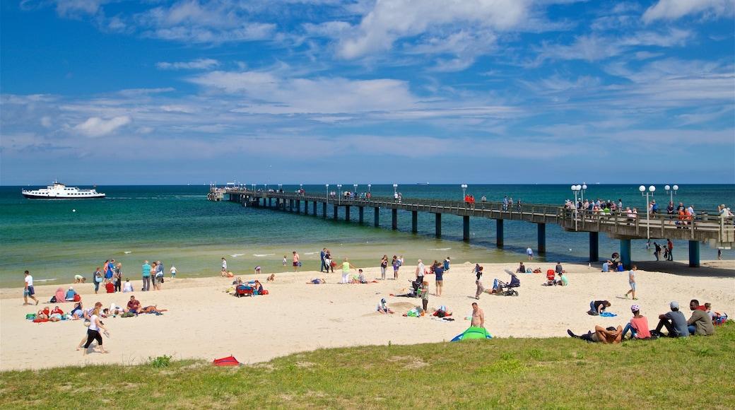 Binz strand presenterar en strand och kustutsikter såväl som en liten grupp av människor