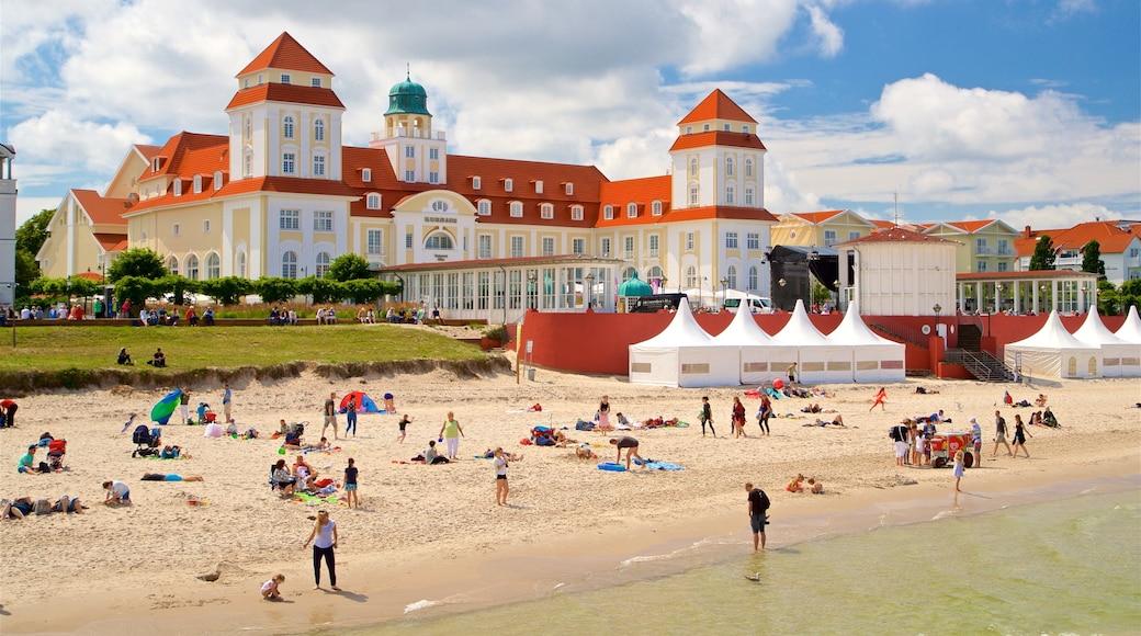Binz strand som visar kustutsikter, en strand och ett hotell
