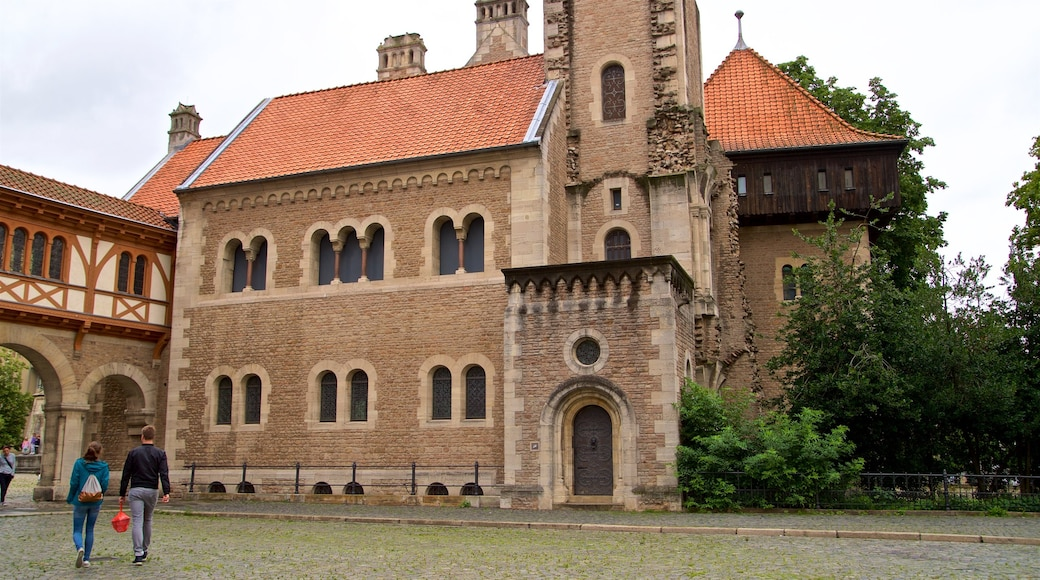 Dankwarderode Castle showing a church or cathedral, street scenes and heritage architecture